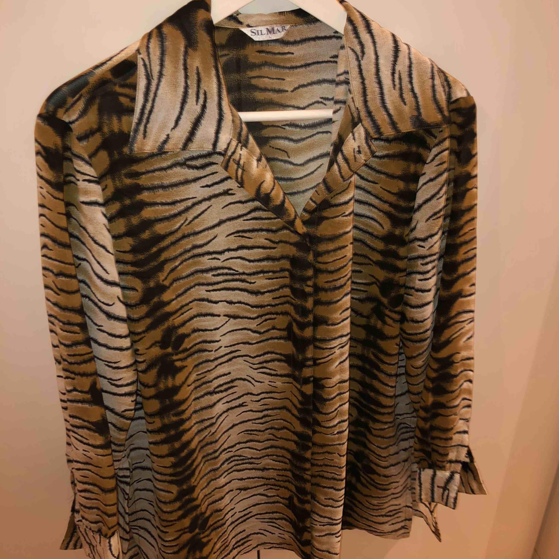 Fint skjorta i tunnt material. Mycket ball skjorta, kommer tyvärr inte till användning av mig. Skjortor.