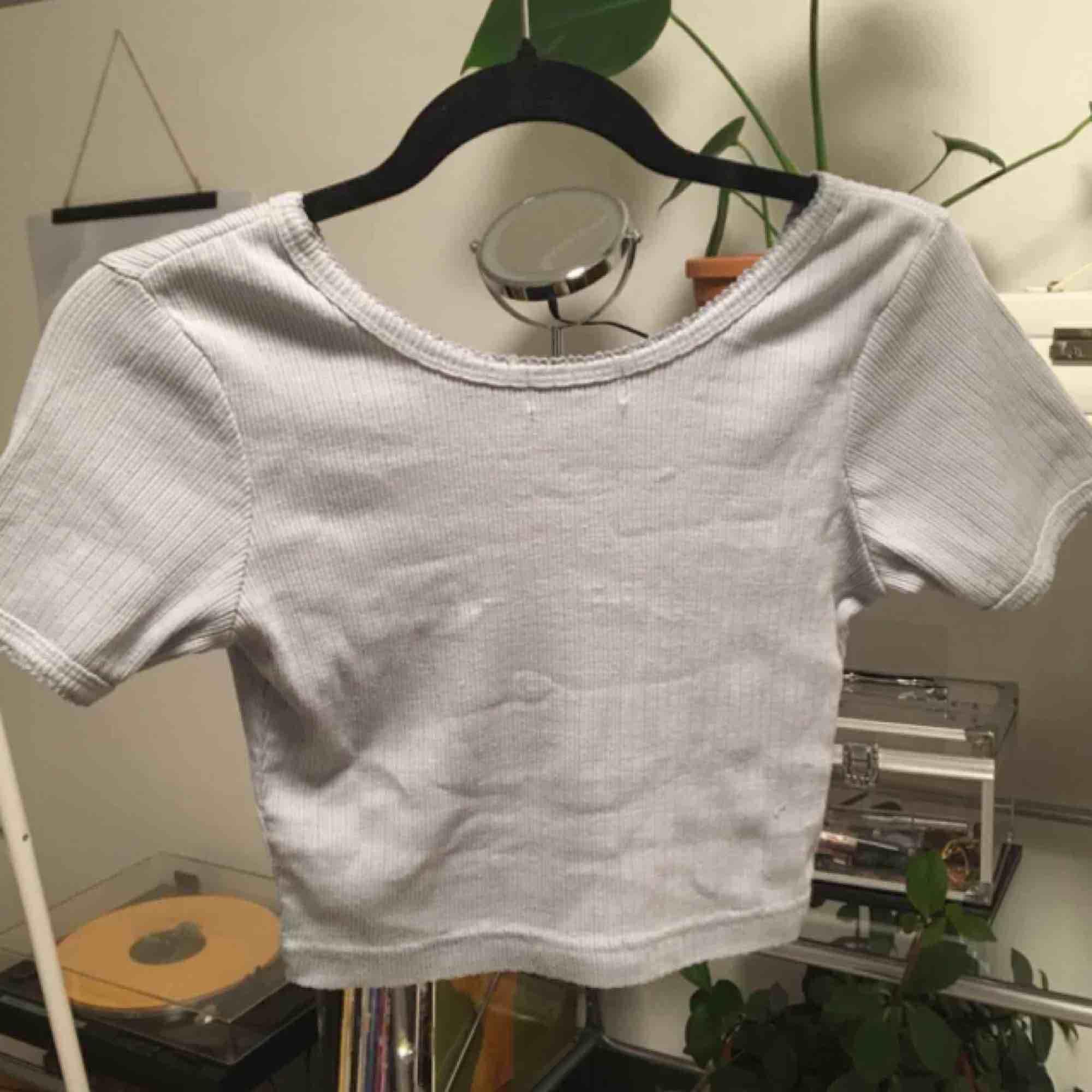"""(Lånade bilder)  Jättegullig croptop med knappar. Köpte den här på plick men den passade inte mig så bra. Färgen är ungefär ljusblå/lite grå. Tyget är lite """"räfflat"""".   Jag möts helst upp, men ifall jag skickar så står köparen för frakt! 🥰 . Skjortor."""