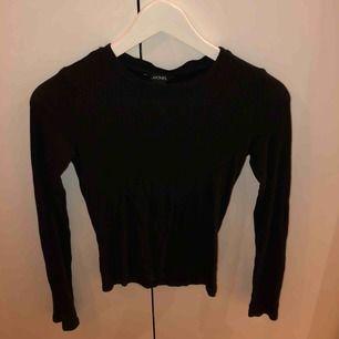 Ribbad vanlig svart tröja. Fint skick men väl använd
