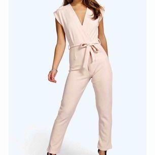 Ljusrosa jumpsuit från boohoo , UK 4 petite motsvarar en 32, aldrig använd , köparen står för frakten