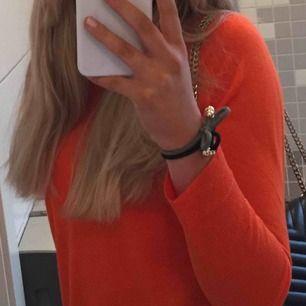 Orange zara tröja, köpt förra året, ganska tunn i materialet. välanvänd🧡lätt att styla och piffa upp med enkla accessoarer✨