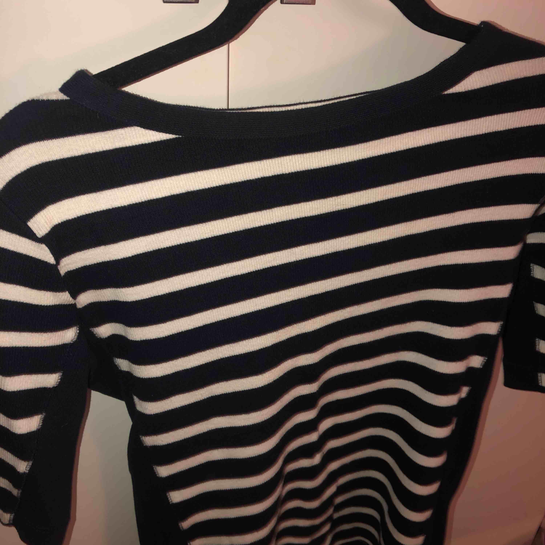 Blå randig tjockare tröja från northern sportswear, superbra kvalite✨olika skärningar och 'mönster' vid midjan, strl L (liten i strl, brukar vanligtvis vara en S-M)☺️. Tröjor & Koftor.