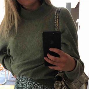 Militär grön tjock tröja med en liten polo från HM, nästintill oanvänd. Strl S☺️ går att matcha med allt, ex basic jeans, över skjorta eller till kjol