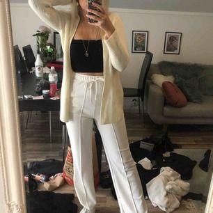 Såå fina vita byxor, använda 1-2 gånger. Går att både klä upp och klä ner! 💛 50 kr frakt