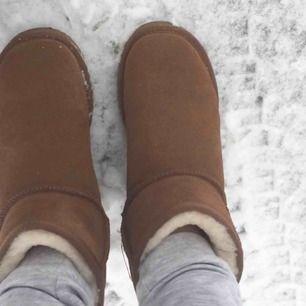 Säljer mina bruna vinterskor som jag köpte förra vintern på Bergskvist skor i Eskilstuna. Kan absolut gå ner i pris. Skulle säga att skorna är i normalt skick. Använda 1 vinter