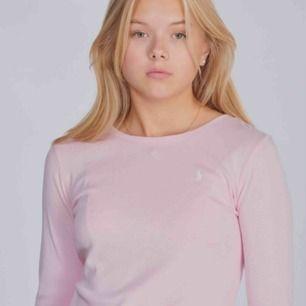 Ralph lauren tröja, storlek L/ 12-14 barn (144 - 154 cm). Använd ett par gånger. Fint skick. Skulle säga att den sitter som en x-small. Tunn i materialet, som en långärmad t-shirt typ. Köpare står för frakt.