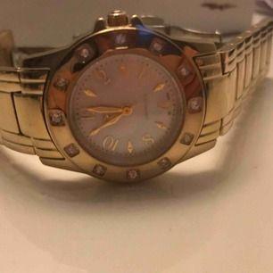 Säljer märkes guld klocka från GUL hel och fin