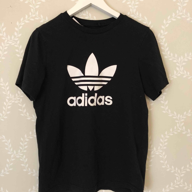T-shirt från adidas . Storlek 170/14-15 Years. Köpare står för frakten. T-shirts.