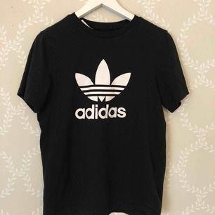 T-shirt från adidas . Storlek 170/14-15 Years. Köpare står för frakten