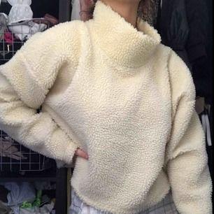 En jättemysig fluff tröja från Bik bok för bara 200kr! Aldrig använd i storlek M men funkar jättebra för S.