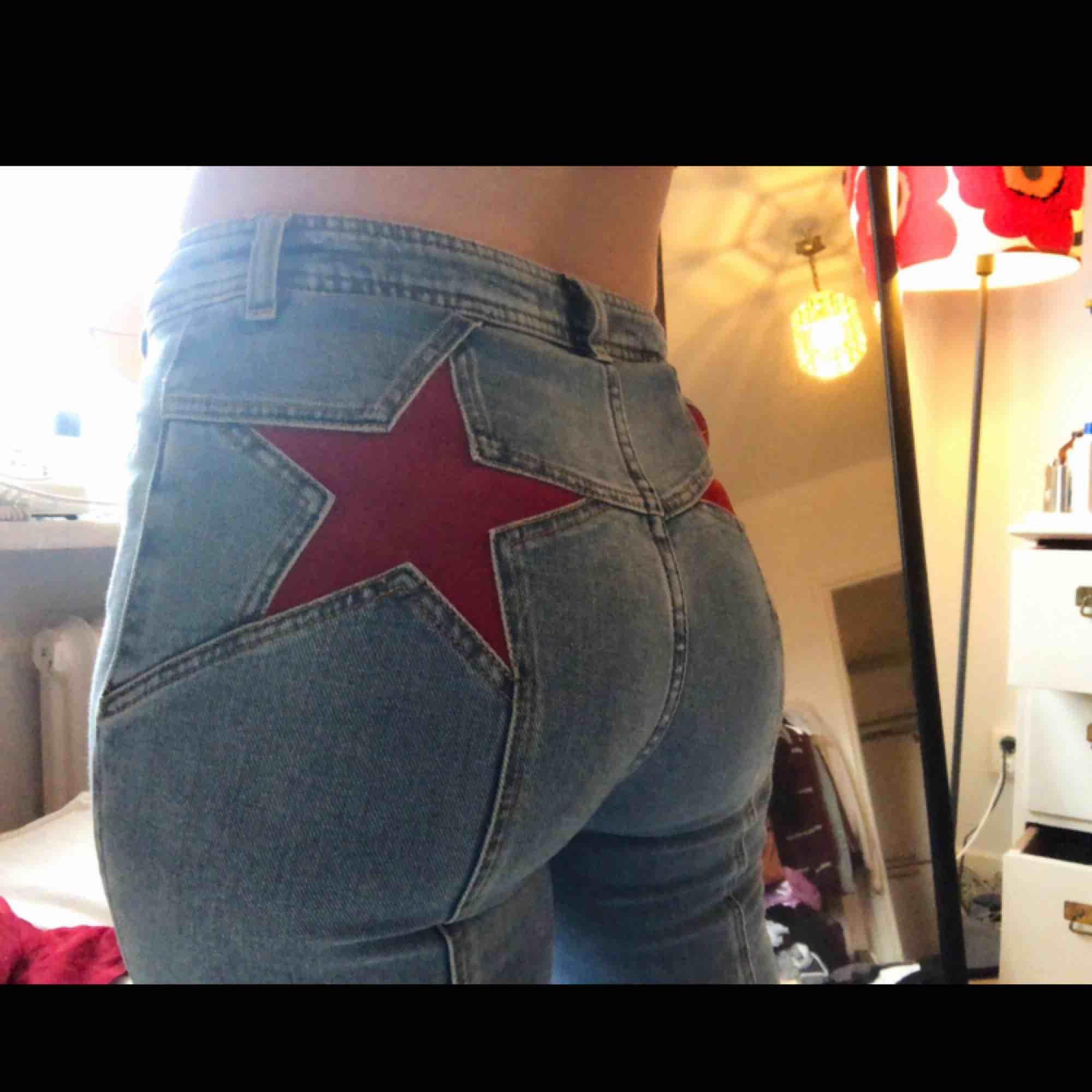 Superfina 70-tals jeans från Free people med 2 stjärnor på baksidan😍✨ Köpte dem för 1000kr och är endast använda en gång. De är utsvängda och lite stretchiga! Dem är så fina men kommer inte till användning & behöver pengar. . Jeans & Byxor.