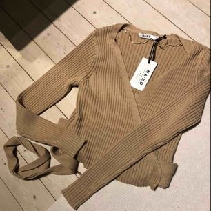 Oanvänd, stickad tröja från NA-KD. Köparen står för frakten