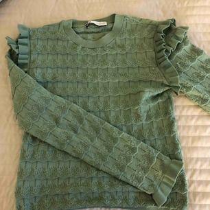 Säljer denna fina tröjan från Zara. Köpt förra året men har använt den några gånger. Tröjan är i storlek S men passar även till nån med storlek M💞