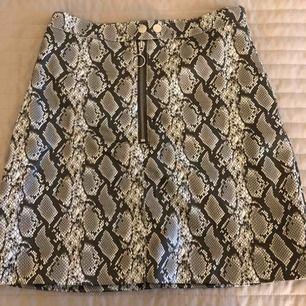 Orm kjol från H&M. Använt en gång