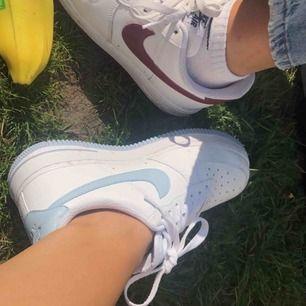 Nike air force med blåa detaljer  Flitigt använda för fler bilder kontakta💜❤️ Priset är med frakt   Vid snabb affär 500 inklusive frakt