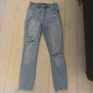 Snygga ljusblåa jeans från Abercrombie&Fitch, med slitningar på. Dom är inte helt slim utan snarare lite straight modell. Säljer dom för att dom tyvärr blivit försmå :(