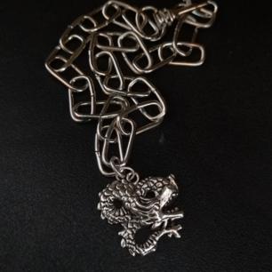 Ascoolt halsband med drake som mäter 40 cm. Om du vill ha längre, hör av dig, priset kan dock öka lite Då! obs! Vet ej om detta material är nickelfritt så köp på egen risk👍 (jag själv reagerar ej på det i alla fall)