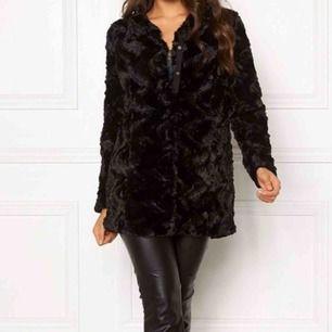 Säljer min jätte fina fluffiga jacka ifrån vero Moda. Säljer den pågrund av att den aldrig kom Till användning. Jätte fint skick. 250kr + frakt