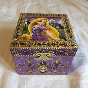 Ett litet skrin med Rapunzel som spelar en låt när man öppnar (I see the light). Utsidan är 8,5x10,5x10,5 cm och insidan är 5x9,7x7 cm HxBxD