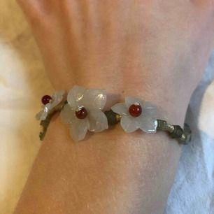 Ett fint armband justerbart upp till 18 cm med glaspärlor. Jättefint skick.