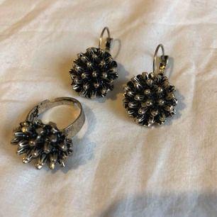 Kul matchande örhängen och ring. Ringen passar ett finger med 6cm omkrets.