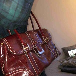 INTRESSEKOLL❗️ Liz claiborne väska från innan 2000 talet, vill bara se om det är värt att sälja den så skriv om ni är intresserade