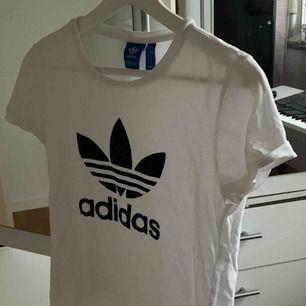 Fin vit adidas t-shirt med det svarta märket där fram. Köparen kan möta upp mig i Lund eller stå för frakten själv 🥰🥰🥰👍🏼👍🏼