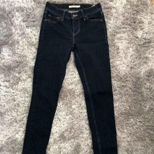 Levis jeans W26 L30. Tight modell med ganska låg midja. Sök på Levis 710 skinny jeans för att se hur dom sitter på. Använda ganska mycket men fortfarande i bra skick. Tvättade ett par gånger så färgen är lite urtvättad (de bild 3).