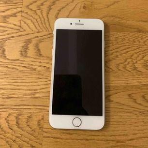 Hej! Säljer en iPhone 8 , köpt för 1 månader ungefär använt sparsamt och säljer pga att jag köpte en ny mobil! Pris kan diskuteras , kan hämtas i nacka, mötas i Stocholm eller frakta men då betalar köparen för frakt! Skriv för mer info!