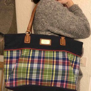 Tommy Hilfiger väska i tyg i marinblått och ett färgglatt rutmönster B44xD12xH27 cm. I nyskick.