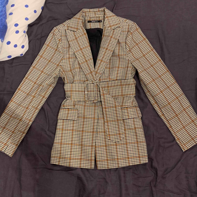 Super skön och mysig kavaj köpt från Gina Tricot. Nypris: 699kr. Endast provat, aldrig använt. . Kostymer.