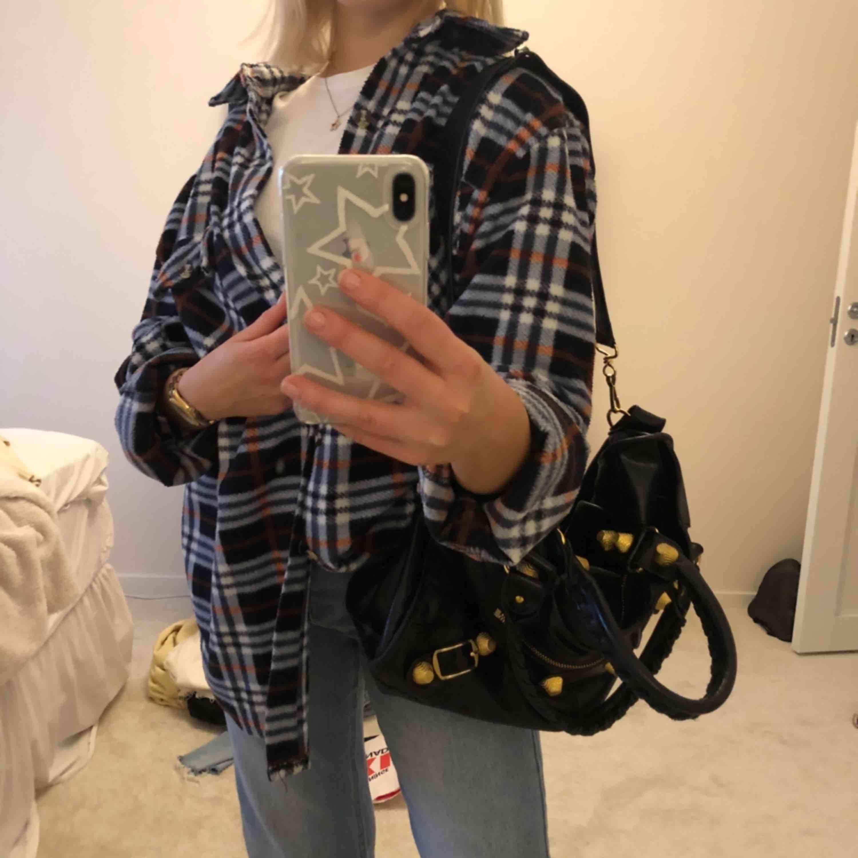 Fleeceskjorta i storlek L men passar som oversized på mig som har xs/s. Supersnygg och unik, men kommer ej till användning längre ;(. Jackor.