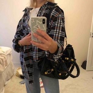 Fleeceskjorta i storlek L men passar som oversized på mig som har xs/s. Supersnygg och unik, men kommer ej till användning längre ;(
