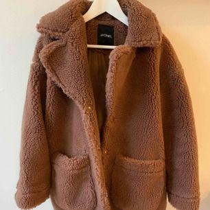 """Vääärldens gosigaste jacka """"Teddy bear jacket"""" från Monki, använd 1 gång! Nypris 700. Säljer för 350:- Kan mötas på Söder eller innerstan 💜"""