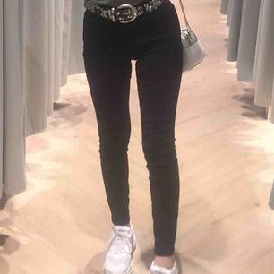 Svarta jeans från ZARA, mid waisted. Har bara haft i några månader, inga fläckar eller hål. ❤️😘