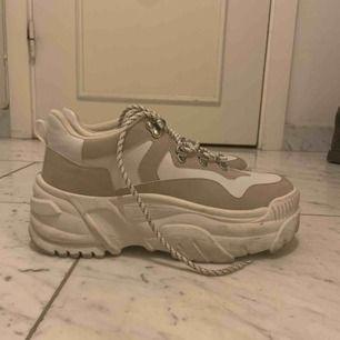 Ett par skit snygga sneakers från bershka! Använda 2ggr pga fel storlek tyvärr. Annars är dem en vanlig 39a!