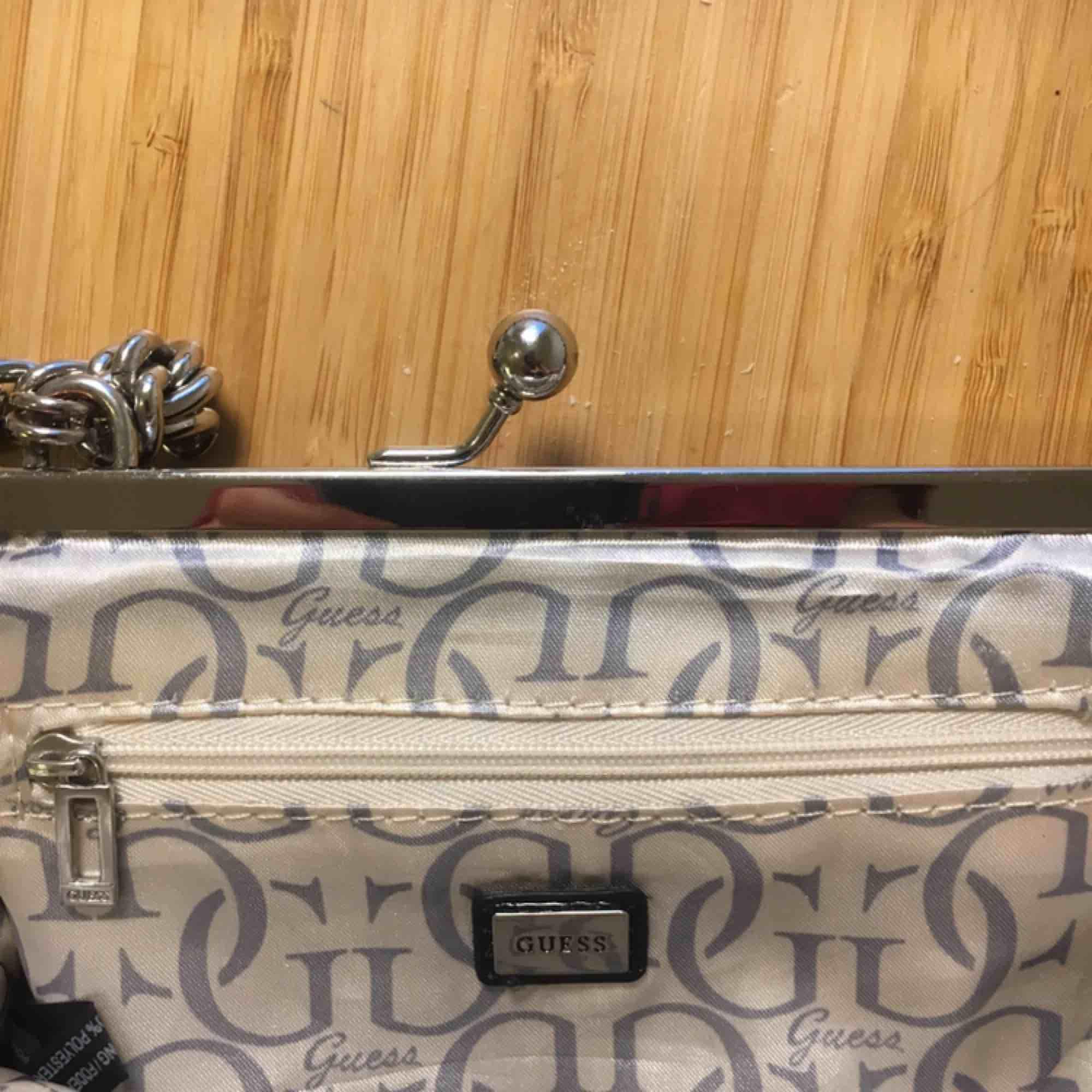 Så snygg väska från Guess ( vet ej om den är riktig)  Har använt den 1 gång . Väskor.