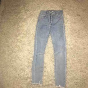 blå jeans från nakd, hål på knäna