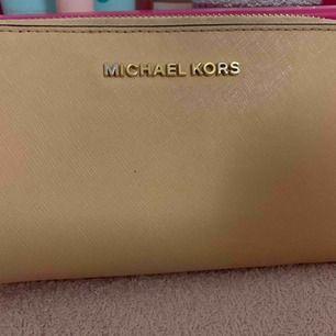 En snygg plånbok från Michael kors, knappt använt.
