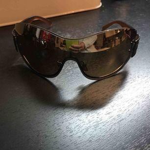 Stora solbrillor Köparen står för frakt