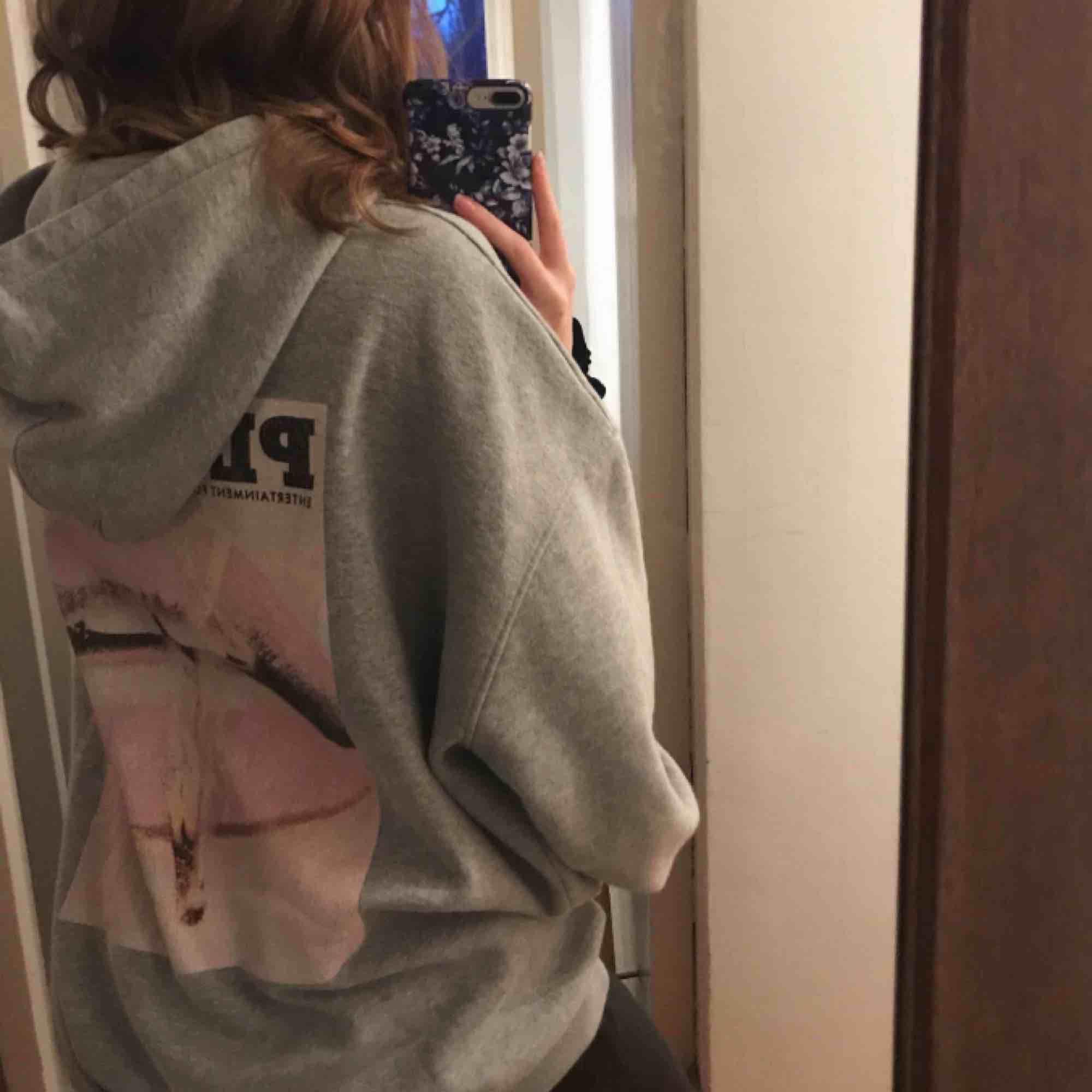 Intressekoll på min hoodie från missguided x playboy. Är inte helt säker ifall jag vill sälja men skriv ifall ni är intresserade!! . Huvtröjor & Träningströjor.