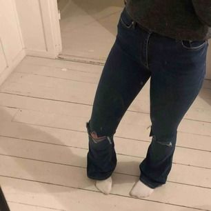 Säljer ett par blåa boutcut jeans från ZARA Gjort egna hål. Strl: 3 Nypris :400kr Använda fåtal gånger  #jeans #boutcut #utsvängda