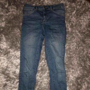 Blåa jeans från BikBok med medelhög midja. Använda ganska mycket men bra skick. Frakt betalar köpare 💗