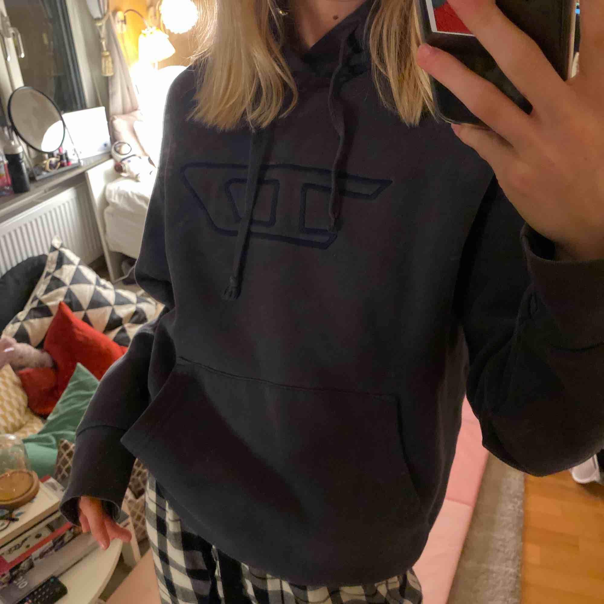 Mörkgrå hoodie från Diesel Jätteskön och snygg Fint skick. Huvtröjor & Träningströjor.