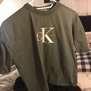 Calvin Klein t shirt i en superfin ljus mossgrön färg! Inte mycket använd, superfint skick.