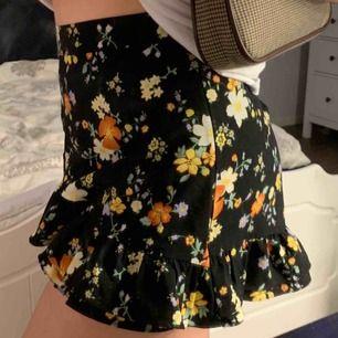 Blommig kjol från bikbok. Knappt använd och perfekt för sommarn!