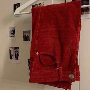 Röda Manchester byxor från hm med slitna ändar. Sitter fint på!