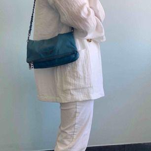 Limited edition Zadig & Voltaire väska som inte finns att köpa nånstans längre! Skitcool och unik färg på den!! Nypriset var 3400kr. 2 kedjor följer med och den fraktas i dustbagen som hör till! Buda!