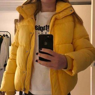 Säljer min superfina gula jacka från H&M då den inte kommit till användning som den förtjänar! Fint skick!! Kan antingen mötas upp i stockholm eller frakta, men köparen står för frakten!🙌🏼