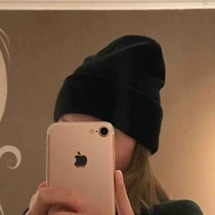 Snygg svart basic beanie, knappt använd då jag inte passar i den helt enkelt. Den är varm och skön. 50kr + 9kr frakt.
